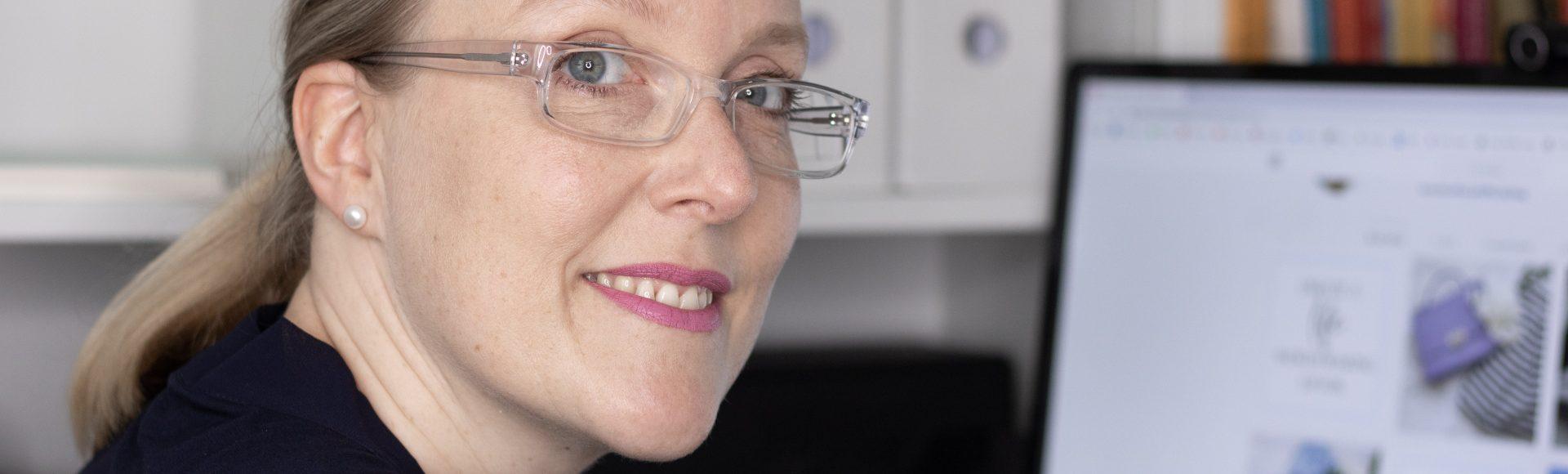 Bild zeigt Thea Pfeiffer bei der Arbeit am Computer