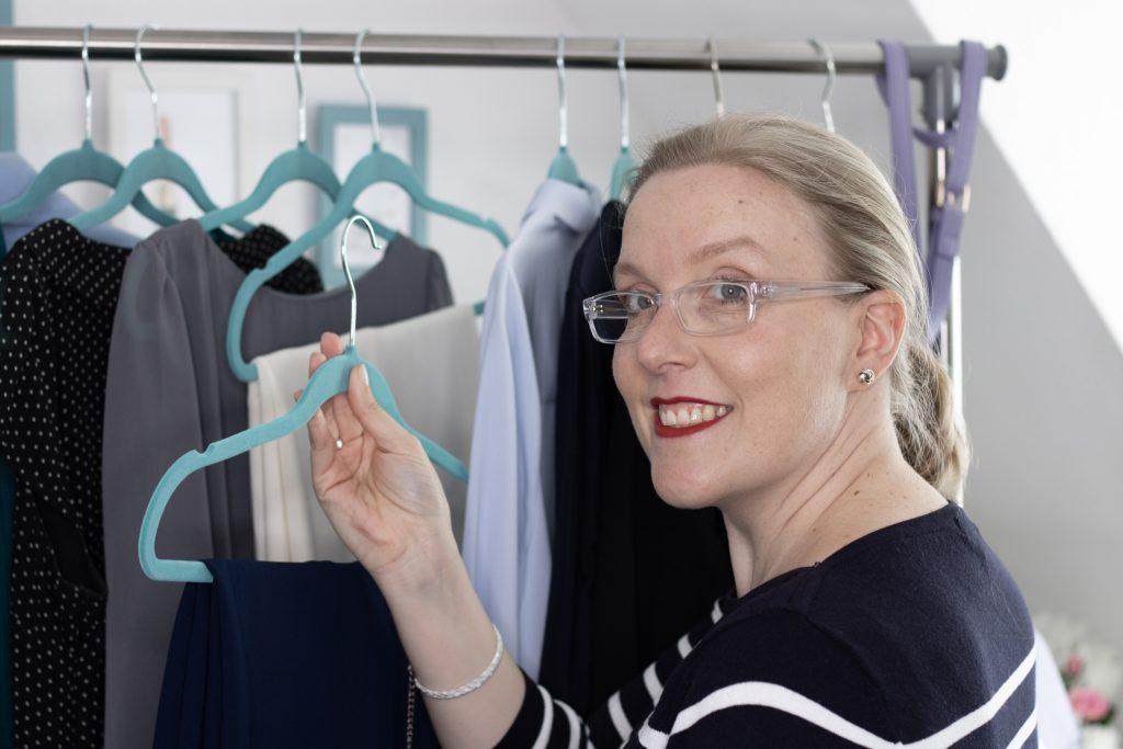 Bild zeigt Thea Pfeiffer bei der Auswahl von Kleidung für ein Stil-Coaching