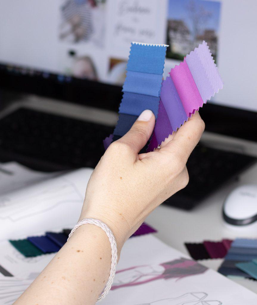 Bild zeigt Hand, die Farbstreifen hält, bei der Auswahl der richtigen Farben bei einer Stilberatung
